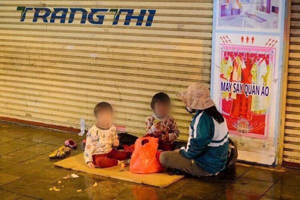 Giao thừa Hà Nội có lạnh nhưng sự tử tế thì luôn ấm áp: Nhiều tài xế dừng ô tô bên đường, tặng quà năm mới cho 3 mẹ con người phụ nữ nghèo-2