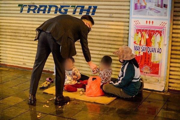 Giao thừa Hà Nội có lạnh nhưng sự tử tế thì luôn ấm áp: Nhiều tài xế dừng ô tô bên đường, tặng quà năm mới cho 3 mẹ con người phụ nữ nghèo-3