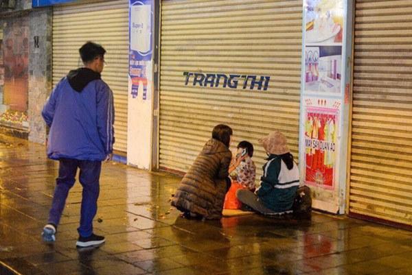 Giao thừa Hà Nội có lạnh nhưng sự tử tế thì luôn ấm áp: Nhiều tài xế dừng ô tô bên đường, tặng quà năm mới cho 3 mẹ con người phụ nữ nghèo-4