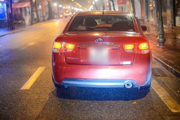 Giao thừa Hà Nội có lạnh nhưng sự tử tế thì luôn ấm áp: Nhiều tài xế dừng ô tô bên đường, tặng quà năm mới cho 3 mẹ con người phụ nữ nghèo-5