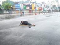 Muốn biết Tết Hà Nội vắng vẻ ra sao, hãy xem cách chàng trai 'chất chơi' này trải chiếu nằm chơi giữa lòng đường