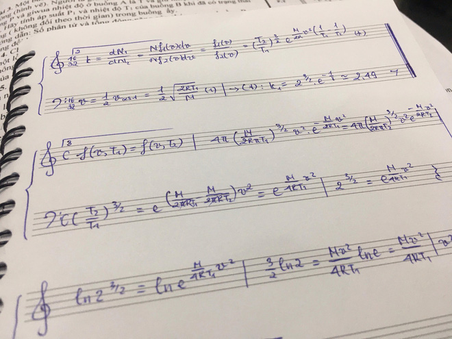 Làm bài tập ngày Tết quá chán, nam sinh quyết định vẽ hẳn khuông nhạc viết lên cho có không khí Xuân-1