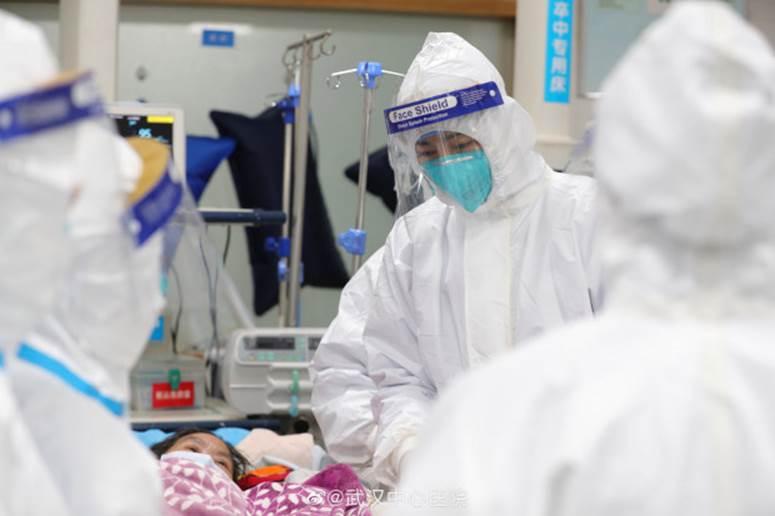 Tiếp tục một đoạn clip được cho là hình ảnh bệnh nhân bị viêm phổi Vũ Hán rung bần bật trên cáng khiến mọi người xung quanh lo sợ-3