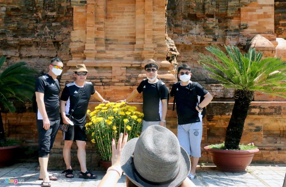 Sợ virus corona, khách Trung Quốc bịt khẩu trang kín mít ở Nha Trang-1