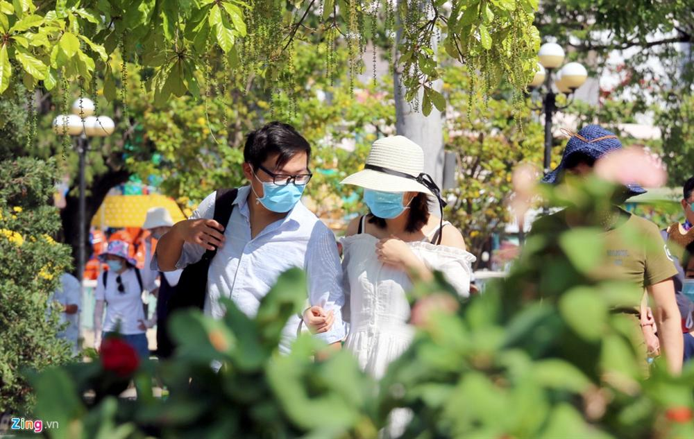 Sợ virus corona, khách Trung Quốc bịt khẩu trang kín mít ở Nha Trang-2
