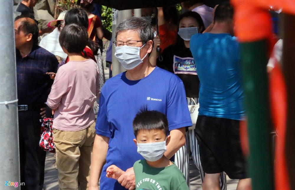 Sợ virus corona, khách Trung Quốc bịt khẩu trang kín mít ở Nha Trang-6
