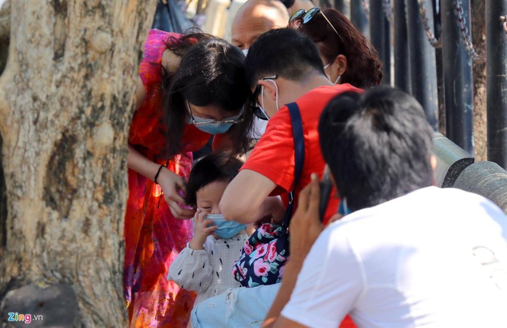 Sợ virus corona, khách Trung Quốc bịt khẩu trang kín mít ở Nha Trang-7