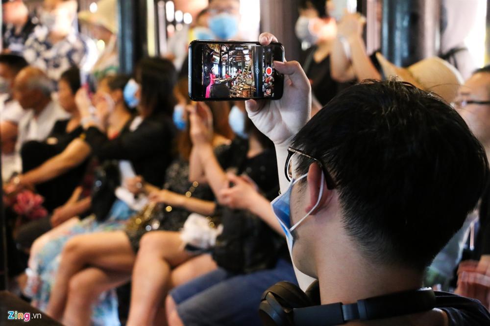 Sợ virus corona, khách Trung Quốc bịt khẩu trang kín mít ở Nha Trang-10
