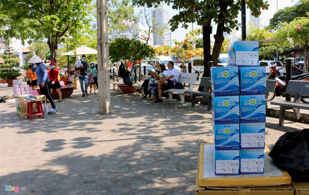 Sợ virus corona, khách Trung Quốc bịt khẩu trang kín mít ở Nha Trang-11