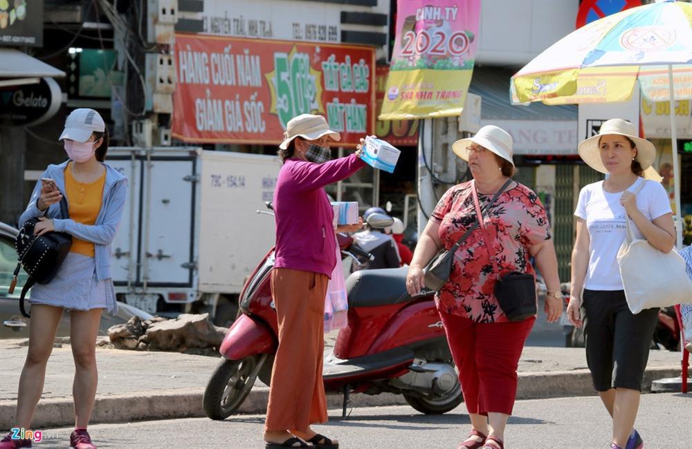Sợ virus corona, khách Trung Quốc bịt khẩu trang kín mít ở Nha Trang-12