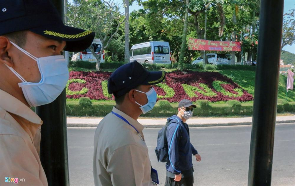 Sợ virus corona, khách Trung Quốc bịt khẩu trang kín mít ở Nha Trang-13