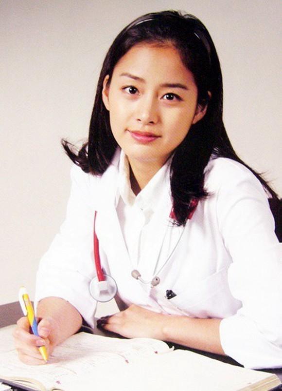 Loạt ảnh hiếm thời đại học của Kim Tae Hee cho thấy cô xứng đáng là một những nhan sắc cực phẩm của Kbiz-4