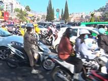 Du khách nườm nượp đổ về Đà Lạt, kẹt xe cục bộ ở nhiều tuyến đường