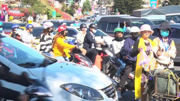 Du khách nườm nượp đổ về Đà Lạt, kẹt xe cục bộ ở nhiều tuyến đường-1
