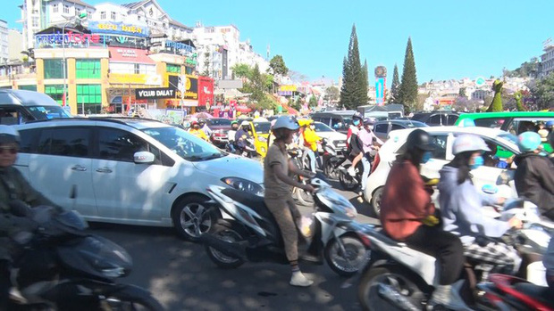 Du khách nườm nượp đổ về Đà Lạt, kẹt xe cục bộ ở nhiều tuyến đường-2