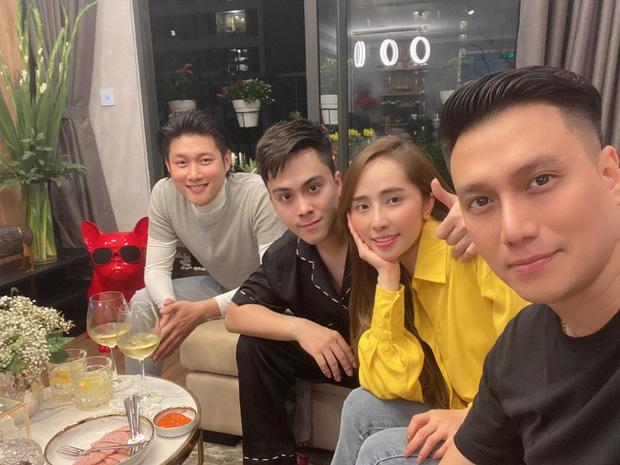 Tụ tập bạn bè đầu năm, Việt Anh liên tục khoe cận cảnh gương mặt đã dần bớt đơ cứng sau hơn nửa năm dao kéo-1