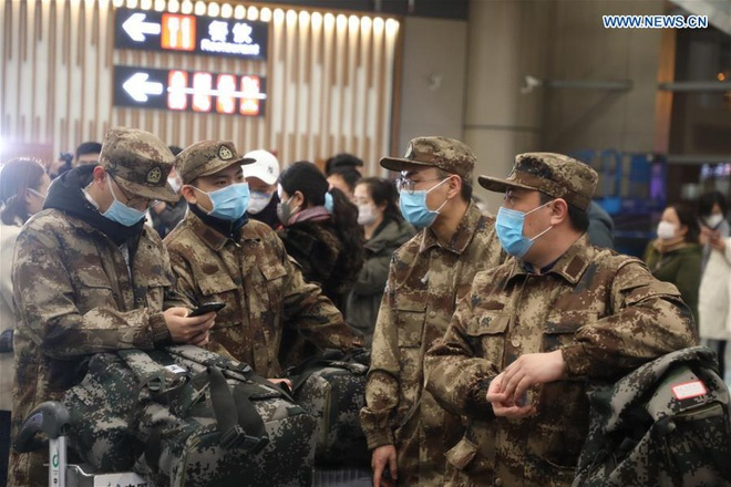 Những khoảnh khắc ấm lòng trong tâm dịch Vũ Hán: Khi tình người dìu dắt nhau vượt qua cơn khủng hoảng virus corona-1
