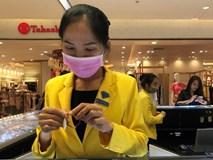 Sợ virus corona, nhân viên ở nhiều trung tâm thương mại đeo khẩu trang đón khách