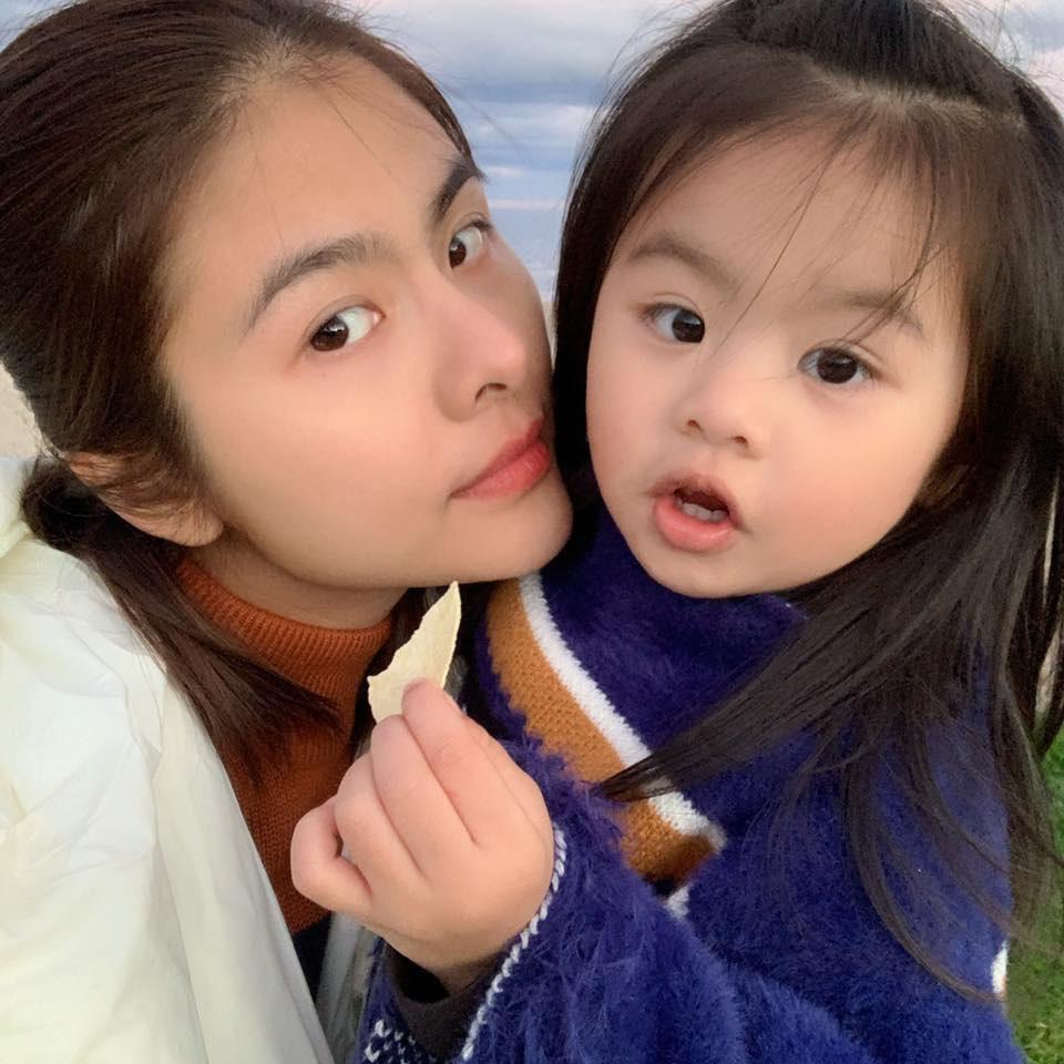 Từ lúc con gái 3 tháng tuổi, Vân Trang đã thường xuyên làm một việc giúp bé Nì mau mồm mau miệng, hỏi không ngớt khiến mẹ thấm mệt-3