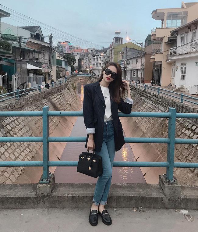 Trên thảm đỏ thì nổi hết phần thiên hạ nhưng đời thường, Hương Giang chỉ lên đồ hiền lành như nàng công sở mà thôi-8