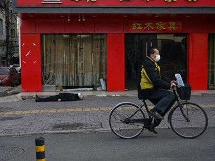 Người đàn ông đeo khẩu trang nằm chết ngoài đường ở Vũ Hán