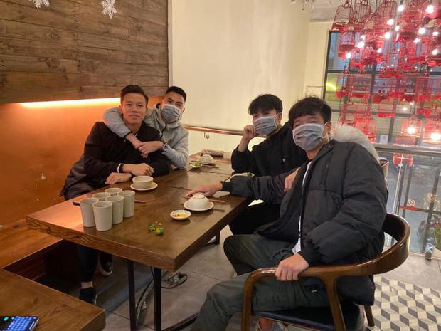 Công Phượng đeo khẩu trang phòng ngừa virus Vũ Hán trong bữa ăn, nhưng lại khoét miệng hài hước khiến đồng đội phì cười-1
