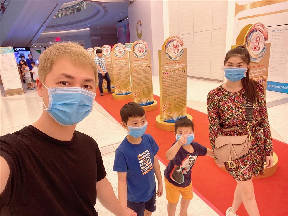 Đi chơi không quên phòng virus corona, gia đình Đăng Khôi - Thủy Anh bịt kín mít nhưng hai cậu nhóc khiến ai nấy phì cười-1