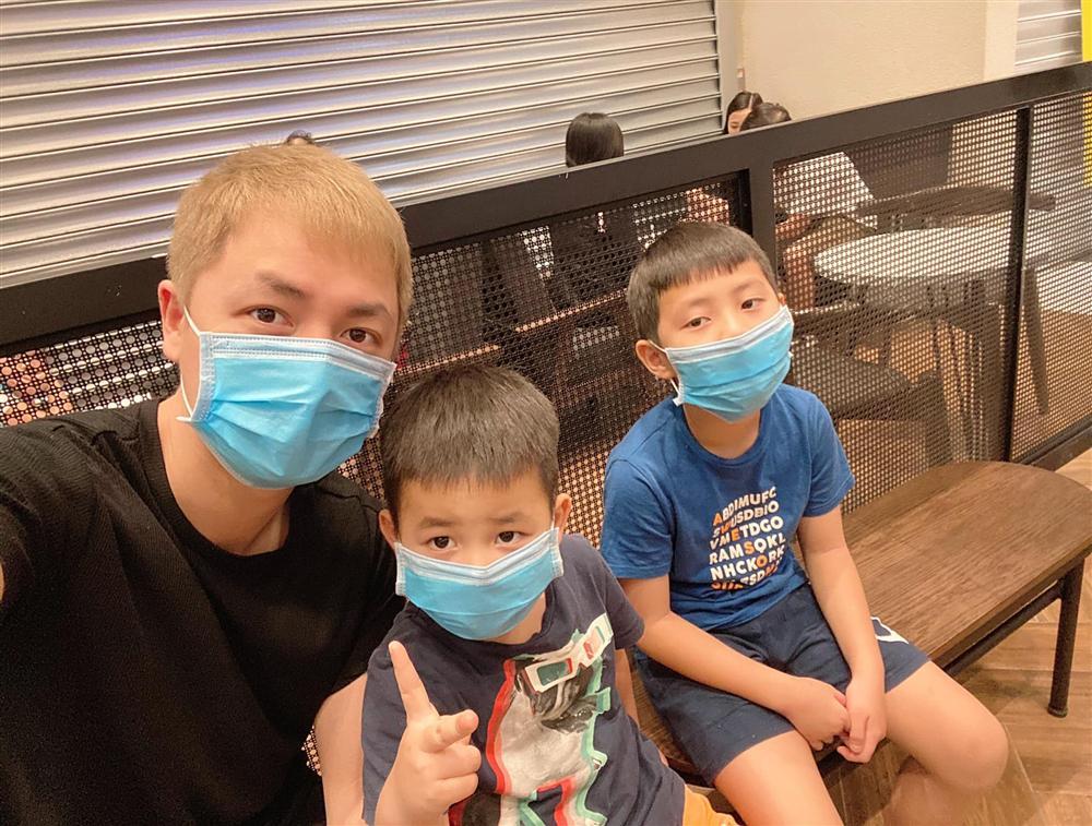 Đi chơi không quên phòng virus corona, gia đình Đăng Khôi - Thủy Anh bịt kín mít nhưng hai cậu nhóc khiến ai nấy phì cười-2