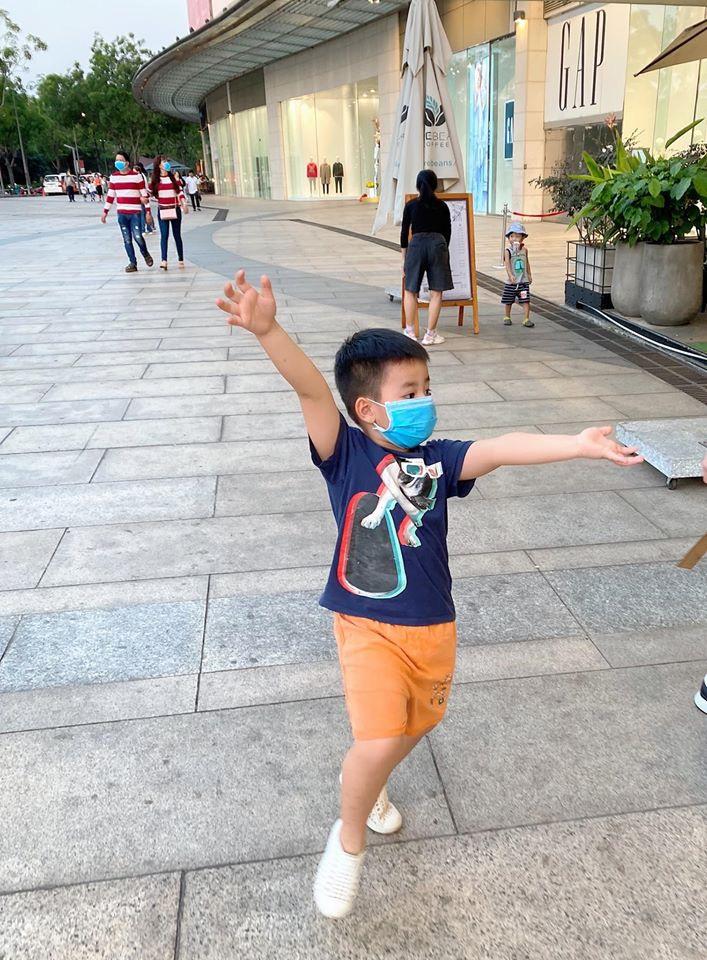 Đi chơi không quên phòng virus corona, gia đình Đăng Khôi - Thủy Anh bịt kín mít nhưng hai cậu nhóc khiến ai nấy phì cười-3