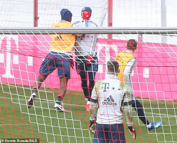 Cầu thủ đẹp trai nhất nhì nước Đức bị đồng đội tát vào mặt ngay trên sân tập, lý do đằng sau thật sự đáng lo ngại-2