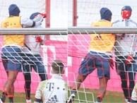 Cầu thủ đẹp trai nhất nhì nước Đức bị đồng đội tát vào mặt ngay trên sân tập, lý do đằng sau thật sự đáng lo ngại