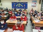 Đi học trở lại sau Tết, học sinh cả nước bịt kín mặt để phòng chống Corona, nhiều giáo viên lì xì bằng khẩu trang-8