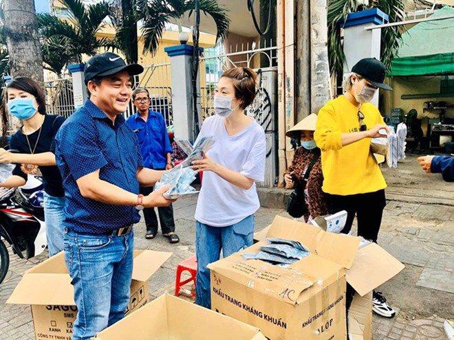 Giữa đại dịch Corona, Pha Lê đi phát khẩu trang miễn phí nhưng lại bị xua đuổi-2