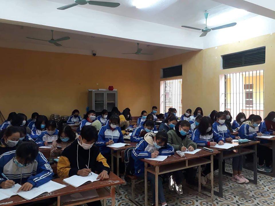 Đi học trở lại sau Tết, học sinh cả nước bịt kín mặt để phòng chống Corona, nhiều giáo viên lì xì bằng khẩu trang-2