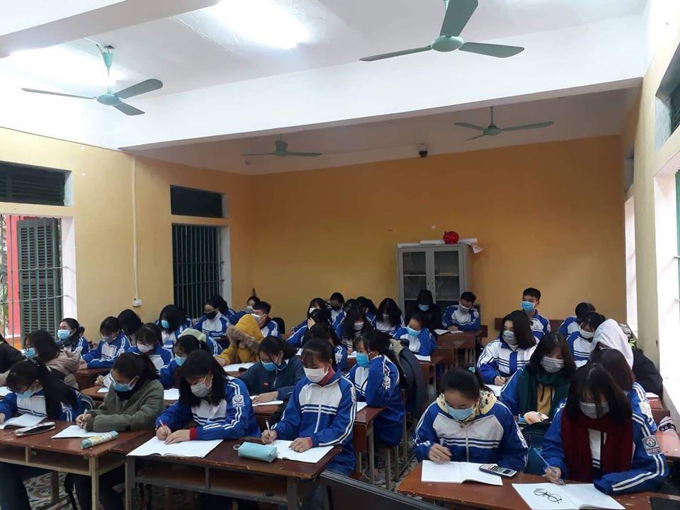 Đi học trở lại sau Tết, học sinh cả nước bịt kín mặt để phòng chống Corona, nhiều giáo viên lì xì bằng khẩu trang-3