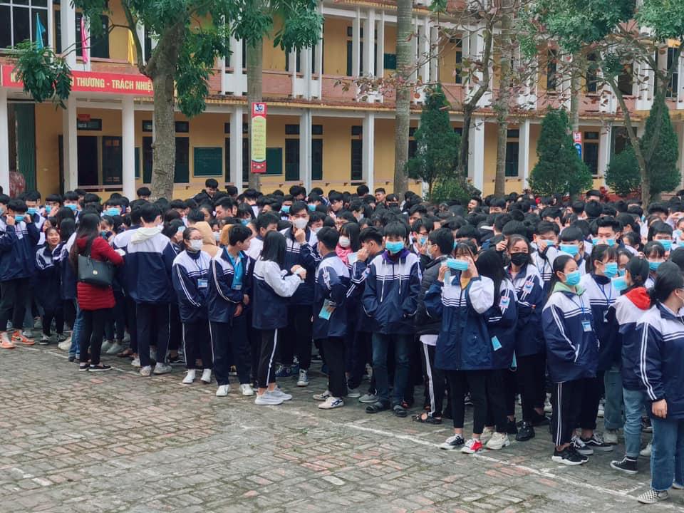 Đi học trở lại sau Tết, học sinh cả nước bịt kín mặt để phòng chống Corona, nhiều giáo viên lì xì bằng khẩu trang-4
