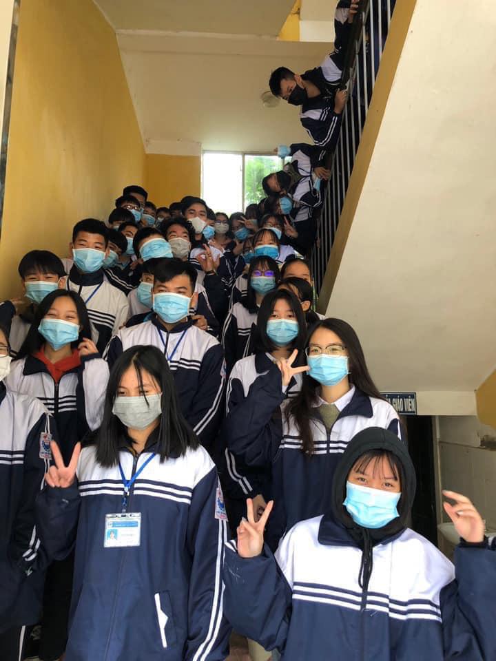 Đi học trở lại sau Tết, học sinh cả nước bịt kín mặt để phòng chống Corona, nhiều giáo viên lì xì bằng khẩu trang-5