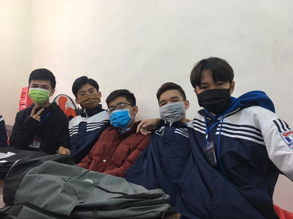 Đi học trở lại sau Tết, học sinh cả nước bịt kín mặt để phòng chống Corona, nhiều giáo viên lì xì bằng khẩu trang-6