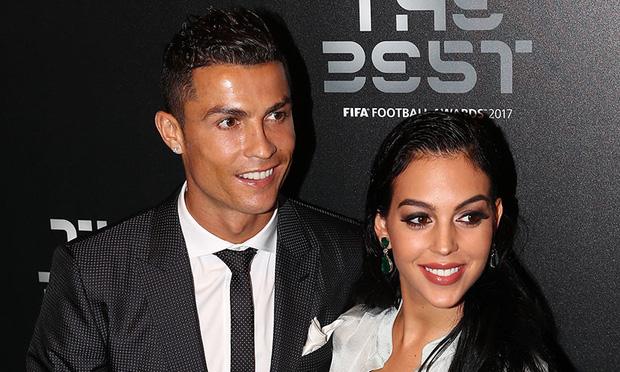 Bạn gái kể về tình yêu sét đánh với Ronaldo: Tôi say đắm trước vẻ đẹp của anh ấy, một ánh mắt cũng đủ khiến tôi xao xuyến-1