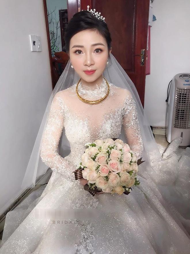 Váy cưới của vợ cầu thủ Văn Đức có giá 600 triệu đồng?-1