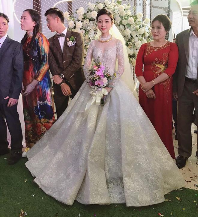 Váy cưới của vợ cầu thủ Văn Đức có giá 600 triệu đồng?-2