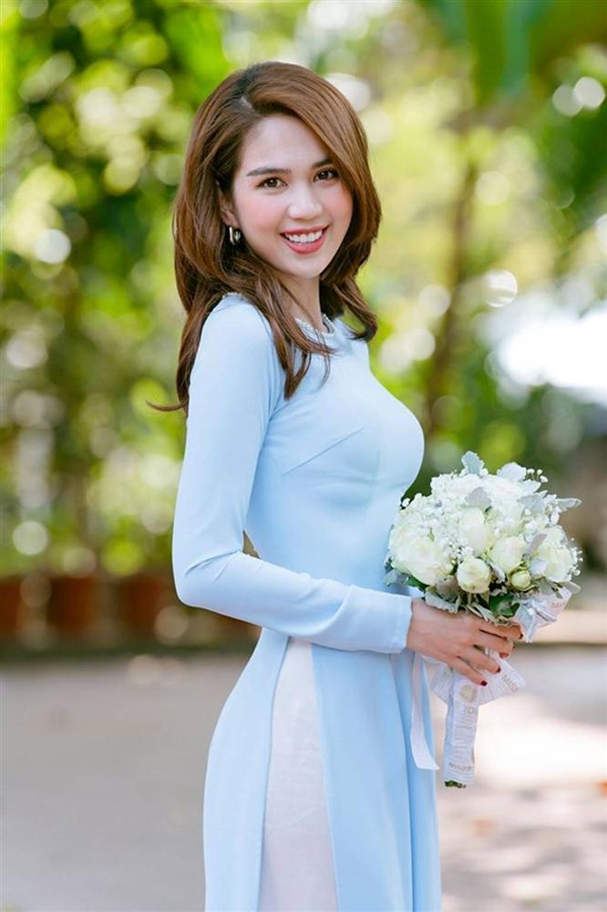 Tuổi 30, Ngọc Trinh mặc áo dài đẹp hút mọi ánh nhìn đầu năm mới-1