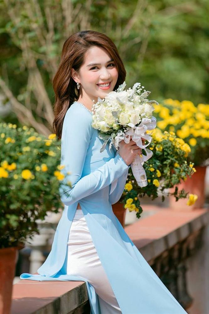 Tuổi 30, Ngọc Trinh mặc áo dài đẹp hút mọi ánh nhìn đầu năm mới-4