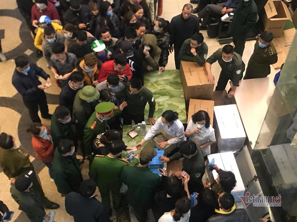 Vỡ trận vì khẩu trang ở chợ thuốc lớn nhất Hà Nội-3