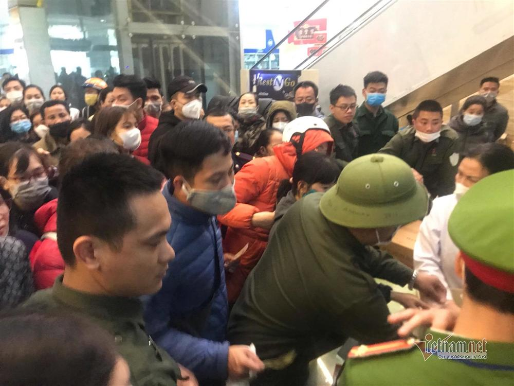 Vỡ trận vì khẩu trang ở chợ thuốc lớn nhất Hà Nội-6