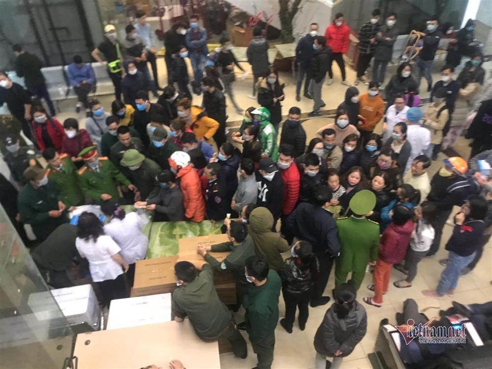 Vỡ trận vì khẩu trang ở chợ thuốc lớn nhất Hà Nội-7