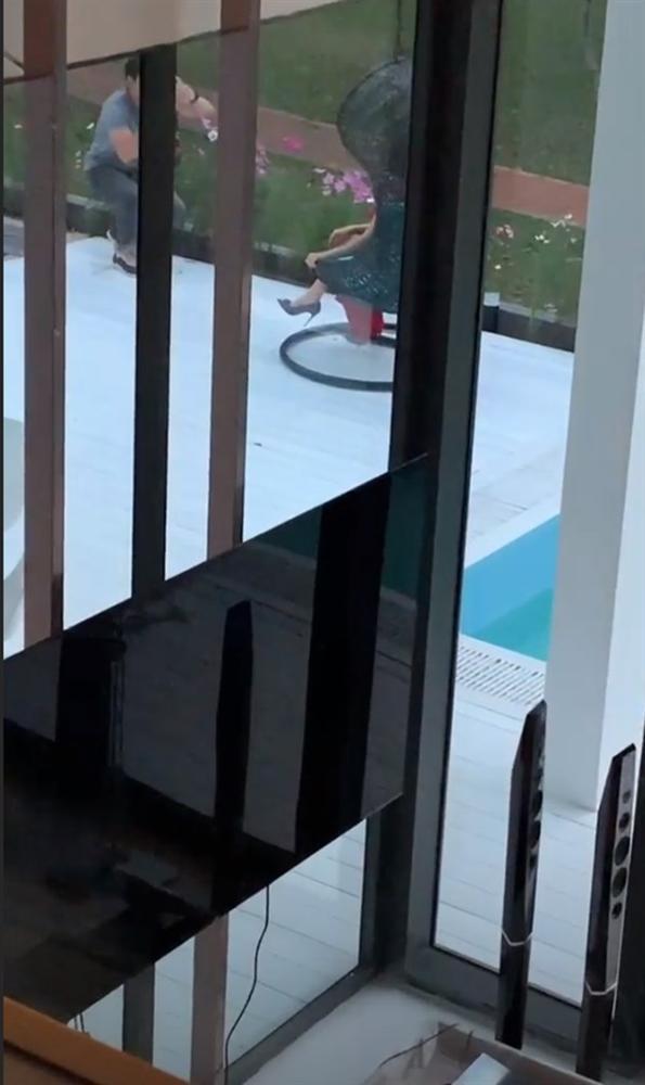 Bị người lạ xâm nhập biệt thự triệu đô vô tư chụp ảnh, phản ứng của Ngọc Trinh gây chú ý hơn cả-3