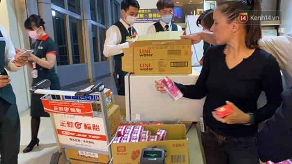 Cả trăm du khách Việt vật vờ ở sân bay Đài Loan từ sáng đến tối để chờ về nước trong mùa dịch virus corona-7