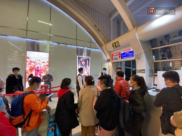 Cả trăm du khách Việt vật vờ ở sân bay Đài Loan từ sáng đến tối để chờ về nước trong mùa dịch virus corona-9
