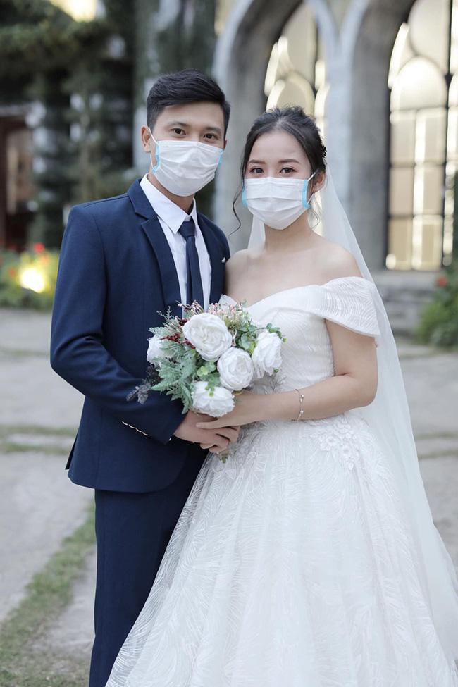 """Khổ sở vì đám cưới mùa dịch virus Corona: Người chỉ tổ chức 10 phút, đám thì cả hôn trường phải đeo khẩu trang nhưng lạ hơn cả là bộ ảnh cưới xưa nay chưa từng có""""-5"""